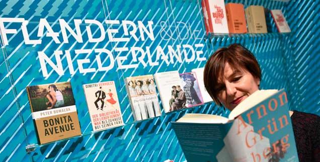 Eine Besucherin liest am holländischen Stand auf der Buchmesse 2015 ein Buch von Arnon Grünberg, in diesem Jahr sind Flandern und die Niederlande Ehrengast bei der Messe in Frankfurt  (Foto: pa/Dedert)