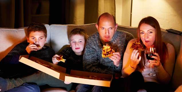 Ritual am Sonntagabend: Tatort schauen und Pizza essen. Nie haben Pizzaboten mehr zu tun als sonntags kurz vor 20 Uhr. (Foto: istockphoto/Dean Mitchell)