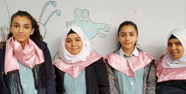Dunia (links) mit Klassenkameradinnen: »Meine Eltern unterstützen mich, vor allem mein Vater.« (Foto: Rheinheimer)