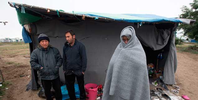 Flüchtlinge im Niemandsland an der serbisch-ungarischen Grenze, sie warten darauf, nach Ungarn hineingelassen zu werden (Foto: pa/Ilic)