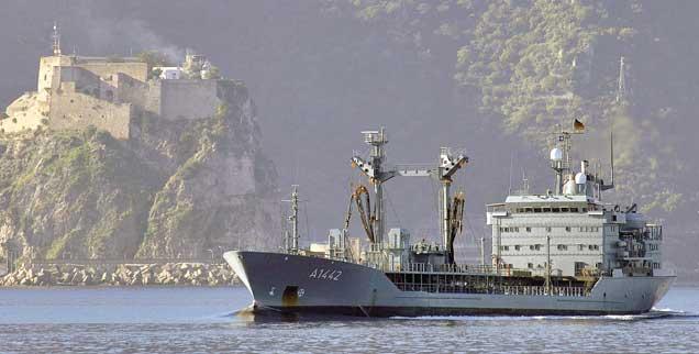 Marine-Tanker am Horn von Afrika: Friedensmission oder Kriegseinsatz? (Foto: pa/Marine)