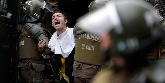 Aktivisten-Protest schon beim Besuch des - damals noch konflikttauben - Papstes in Chile im Januar: Der massenhafte sexuelle Missbrauch von Kindern, Jugendlichen, Frauen und Männern durch Geistliche der katholischen Kirche bringt die chilenische Kirche an den Abgrund. (Foto: pa/ap/Caivano)