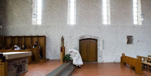Eine Novizin verbeugt sich vor dem Altar der Klosterkirche St. Marien zu Helfta in Sachsen-Anhalt: Das Zisterzienserinnenkloster ist so bekannt wie wenige Klöster in Deutschland. Viele haben große Probleme, Ordensnachwuchs zu finden. (Foto: pa/zb/Peter Endig)