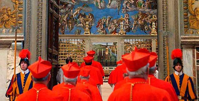 Kardinäle versammlen sich in der Sixtinischen Kapelle zum Konklave: Was am 18. April 2005 auf diesem Foto festgehalten wurde, endete mit der Wahl Benedikts XVI. Nun tritt der Papst zurück und möchte, dass sein Nachfolger so schnell wie möglich gewählt wird. Warum nur diese Eile? Sehr verdächtig.... (Foto: pa/osservatore romano pool)