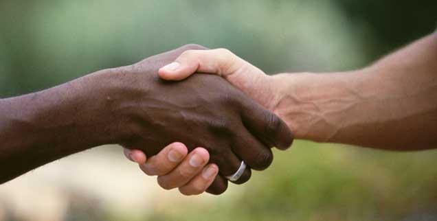 Reiche geben, Arme nehmen? Das traditionelle Bild der Entwicklungshilfe ist hintergründig voller Vor- und Fehlurteile. Nicht nur deshalb fordern Fachleute eine neue Entwicklungspolitik. (Foto: thinkstock/gettyimages/Purestock)