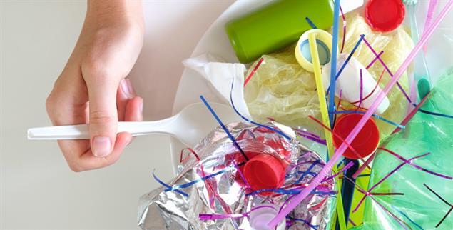 Wir essen Mikroplastik jeden Tag, denn es ist in Fisch, Muscheln, im Wasser, in Salz und vielen anderem enthalten und es haftet an Obst und Gemüse an. (Foto: istockphoto/Photoboyko)