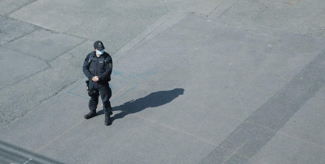 Stuttgart im Mai: Ein Polizeibeamter beobachtet eine Veranstaltung gegen Corona-Restriktionen (Foto: pa/Beqiri)