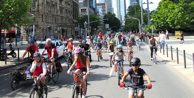 Platz da: Bei der Kidical-Mass in Frankfurt fahren Kinder und Jugendliche mit dem Fahrrad auf Straßen, die sonst voller Autos sind. (Foto: www.radentscheid-frankfurt.de/kidicalmass)