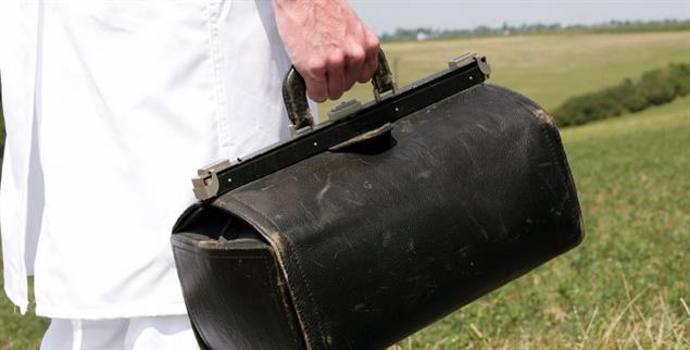 Mit der Arzttasche unterwegs: Auf dem Land machen Hausärzte deutlich mehr Hausbesuche (Foto. pa/Baumgarten)