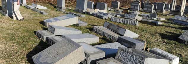 Pennsylvania, Februar 2017: Umgestoßene und zerstörte Grabsteine künden von einer nächtlichen vadalistischen Attacke. Jüdische Friedhöfe werden seit Wochen in großer Zahl geschändet. Die USA erleben eine beispiellose Welle von Judenhass. (Foto: pa/Anderson)