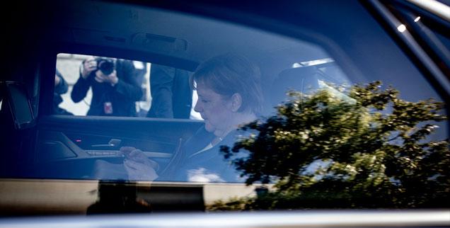 2. Juli 2018, Berlin, einsame Kanzlerin im gepanzerten Dienstwagen: Wem Sie wohl gerade mitteilt, wie ihr Gespräch mit Seehofer verlaufen ist? (Foto: pa/dpa/Kay Nietfeld)