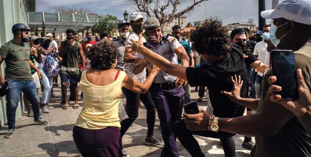 Der Staat greift hart durch: Festnahme bei der Demonstration am 11. Juli in Havanna(Foto: PA/AP/Ramon Espinosa)