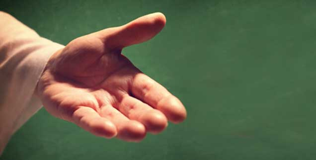Wem reicht Gott die Hand? Das Abgründige der Gnadenlehre besteht darin, dass sie immer mit dem Gedanken der Erwählung verknüpft ist. Ins Politische übertragen heißt das: Wenn beispielsweise Asyl kein Menschenrecht, sondern nur ein Gnadenerweis ist, hängt alles vom Willen des Machthabers ab, der von den Fesseln des Rechts befreit ist (Foto: istockphoto/BrianAJackson)