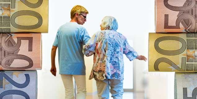 Das System der Pflege in Deutschland ist nahe am Kollaps, das Publik-Forum-Dossier »Mensch oder Profit« zeigt, wie es anders ginge (Fotos: pa/Schmidt; Mainka/Alamy Stock Photo)