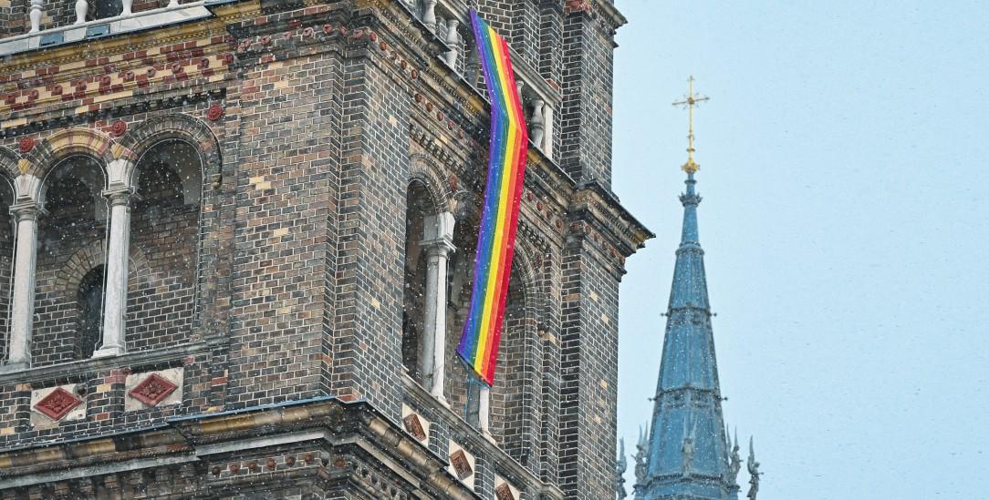 Protest im Zeichen des Regenbogens: Vielerorts haben katholische Gemeinden Regenbogenfahnen gehisst, wie hier die Pfarrkirche Breitenfeld in Österreich (Foto: pa/apa/Herbert Neubauer)