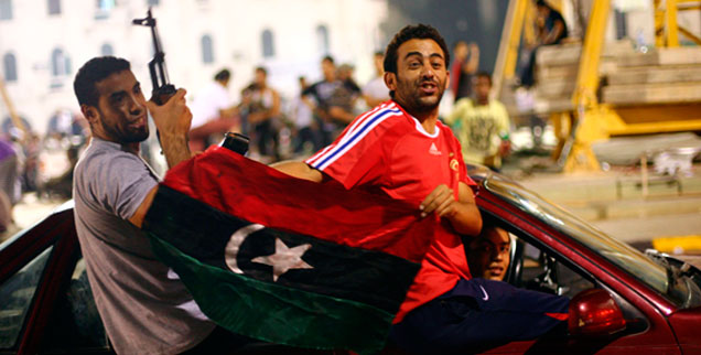 Rebellen feiern auf dem Grünen Platz in Tripolis: Beginnt nun der Aufbau der Demokratie?  (Foto: pa/abacapress.com)