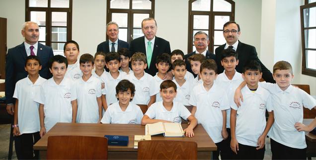 Präsident Erdogan (in der Bildmitte) besucht eine der Imam-Hatip-Schulen, die ursprünglich nur zur Ausbildung von islamischen Predigern gedacht waren, inzwischen aber für alle Schüler offen sind (Foto: pa/abaca)