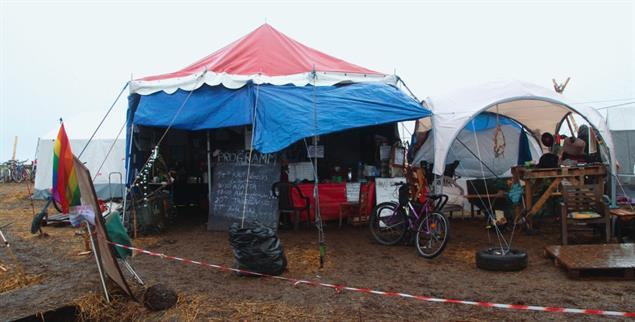 Treffpunkt Zirkuszelt: Trotz Kälte und Nässe leben einige Demonstranten am Rand ihres »Dannis« (Foto: Mettlach)