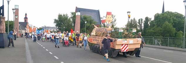 Der Staffellauf »Frieden geht« zieht durch Frankfurt, mit dem Panzer aus Holz und Pappe protestieren die Teilnehmer besonders gegen die Rüstungsexporte in die Türkei (Foto: www.frieden-geht.de/Flickr)