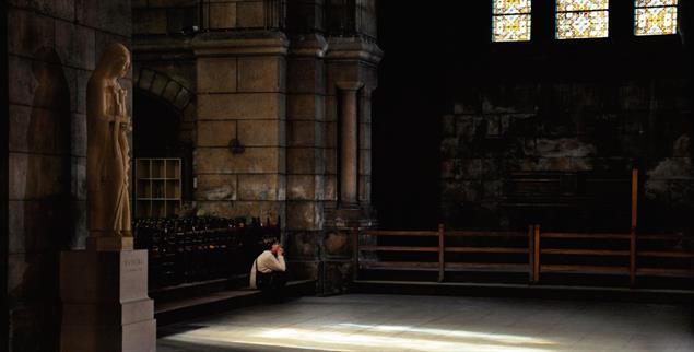 Kann ich hier noch bleiben? Frauen ringen mit der Kirche. Zu oft erfahren sie dort Gewalt (Foto: Kelly/Alamy)