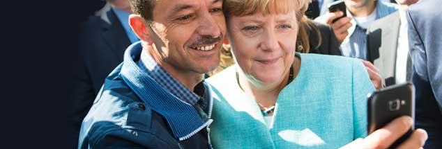 Dieses Foto ging um die Welt: Bundeskanzlerin Angela Merkel lässt sich am 10. September 2015 nach dem Besuch eines Erstaufnahmelagers für Asylbewerber in Berlin zum Selfie mit einem Flüchtling überreden. (Foto: pa/von Jutrczenka)