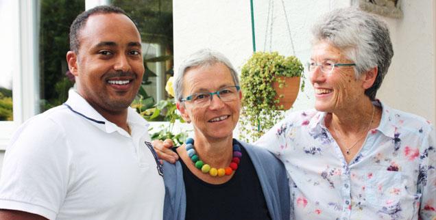 »Zwei tolle Mütter«: Henoke Straßner mit Christlinde von Keler (Mitte) und Brigitte Straßner. (Foto: Lerch)