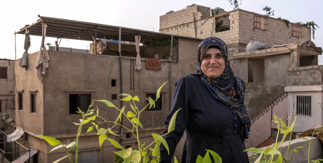 Oasen im tristen Lageralltag: Frauen wie Hanan Hajaj sind auf den Dachgärten ihre eigenen Chefinnen.  (Foto: medico international/Russell)