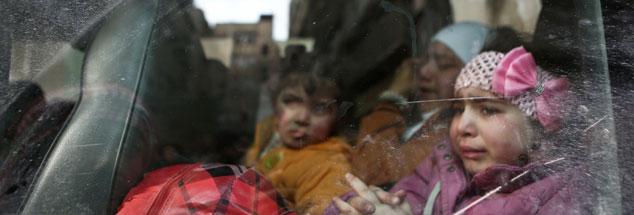 Im syrischen Douma (nahe Damaskus) hilft das Rote Kreuz, Kinder aus der Rebellen-Region um Ost-Ghouta zu evakuieren. Die Region hat in den vergangenen drei Wochen die schwersten Angriffe syrischer Regierungstruppen seit Beginn des Bürgerkrieges vor rund sieben Jahren erlebt. Die Zukunft dieser Kinder ist ungewiss. Für sie interessieren sich die Weltmächte, die in und um Syrien kämpfen, nicht. (Foto: pa/dpa/Samer Bouidani)