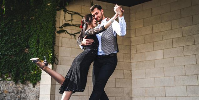 Beim Tanzen spürt man einen anderen Menschen ganz nah und gibt sich dem Moment hin (Foto: istockphoto/Miljan Lakic)
