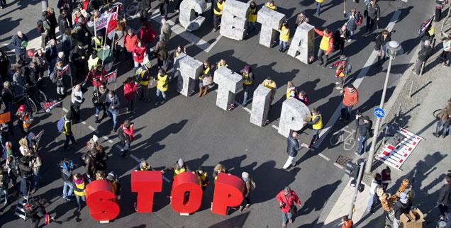 Der Protest gegen die geplanten Freihandelsabkommen TTIP und Ceta bringt immer wieder viele Menschen auf die Straßen  (Foto: pa/dpa/Kay Nietfeld)