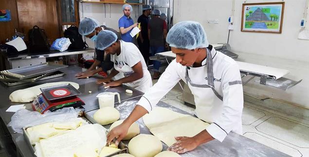 Stolz, arbeiten zu dürfen: Junge Männer werden zu Bäckern ausgebildet (Foto: Rheinheimer-Chabbi)