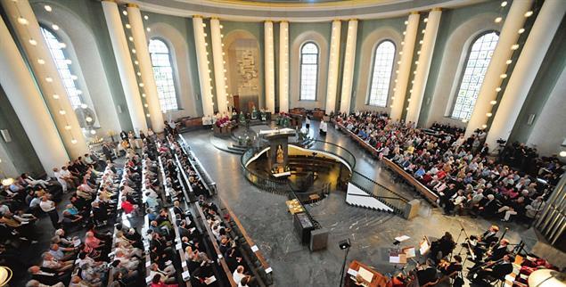 Festgottesdienst in der Kathedrale: Die alte Architektur des Innenraums sorgte dafür, dass sich die Blicke auf den Abstieg zur Krypta richteten (Foto: kna / Klaus-Dietmar Gabbert)