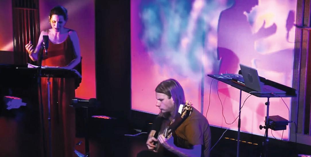 Endlich wieder live: Das Trio Musica getutscht, hier Sängerin Pia Davila und Instrumentalist Bernhard Reichel (Videostill: musicagetutscht.de/Youtube)