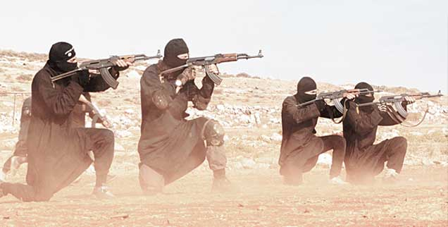 Der sogenannte Islamische Staat (Kämpfer auf dem Foto) ging aus den Dschihadisten hervor, die früher von dern USA unterstützt wurden, meint Robert F. Kennedy Junior. Erst als die Fundamentalisten mit den Enthauptungen begannen, sei das Weiße Haus umgeschwenkt und bekämpfe sie seither.  (Foto: pa/Dabiq/planet Pix)