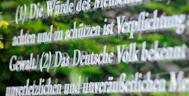 """Zeit für ein neues Grundgesetz? In Leipzig traf sich die """"Initiative Verfassungskonvent"""" und diskutierte über eine neue Verfassung, die Volksentscheide zulässt und den Finanzmärkten Grenzen setzt (Foto: pa/dpa/Jens Kalaene)"""