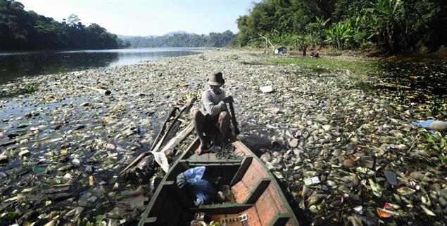 Vor lauter Müll sieht man kaum noch Wasser: Zahlreiche Flüsse der Welt sind so »plastikverseucht« wie der Citarum in Indonesien (Foto: pa/Bukbis Chandra Ismet)