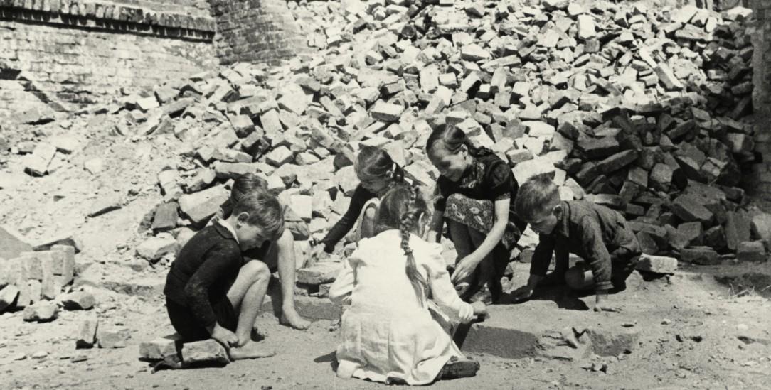 Ein Bild aus der Nachkriegszeit: Kinder spielen auf einem Trümmergrundstück, um 1948. (Foto: pa/akg-images)