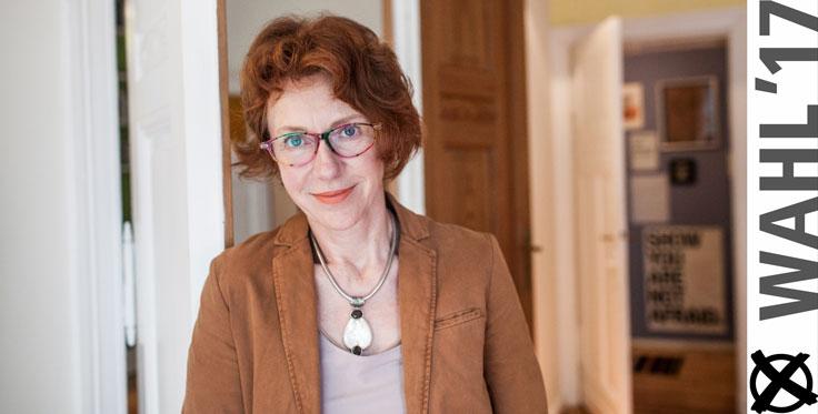 Ulrike Guérot beim Interview mit Elisa Rehinheimer-Chabbi in Berlin: »Weil Institutionen – ob Gewerkschaften, Parteien oder der Bundestag – immer mehr an Popularität verlieren, ist Zivilgesellschaft in.« (Foto: Stephan Pramme)