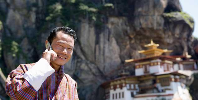 Bhutan zwischen Tradition und Moderne: Klöster und Mönche sind ebenso allgegenwärtig wie Smartphones (Foto: pa/Cavalli)