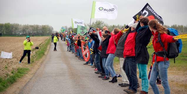 Die Kette steht! Rund 6000 Menschen demonstrierten am Samstag an der künftigen Abbruchkante des Braunkohletagebaus Garzweiler II gegen die exzessive Kohleverstromung in Deutschland und den immensen Landraub durch den Kohleabbau (Foto: Reinholz/Campact)