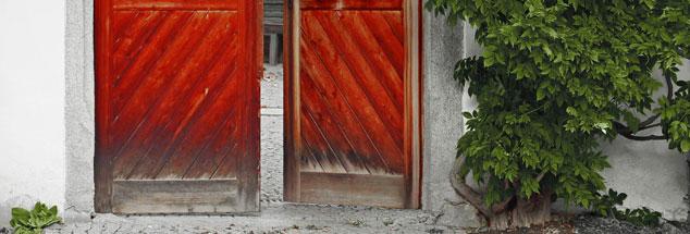 Eine offene Tür lädt uns ein: Was mag uns dahinter erwarten? Das neue Publik-Forum EXTRA versammelt Geschichten über die Gastfreundschaft. (Foto: iStock by Getty/andahl)