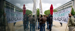 """""""Schluss mit Dublin drei"""": Teilnehmer einer Demonstration protestieren in Berlin gegen die Einschränkungen für Asylsuchende in Europa (Foto: pa/dpa/Naupold)"""