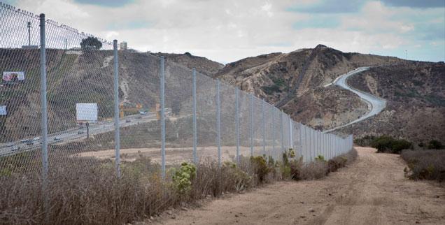 Die amerikanisch-mexikanische Grenze: Über 3000 Kilometer zieht sie sich hin. Flüchtlinge, die den Grenzzaun überwinden und es bis in die USA schaffen, sind in Gefahr, dort inhaftiert zu werden  (Foto: pa/Frank Duenzl)