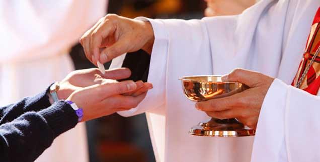 Dürfen die Kommunion auch wiederverheiratete Geschiedene erhalten? Viele Freiburger Pfarrer und Diakone sagen ja und widersprechen damit bewusst der offiziellen Lehre der Kirche (Foto: pa/Godong)