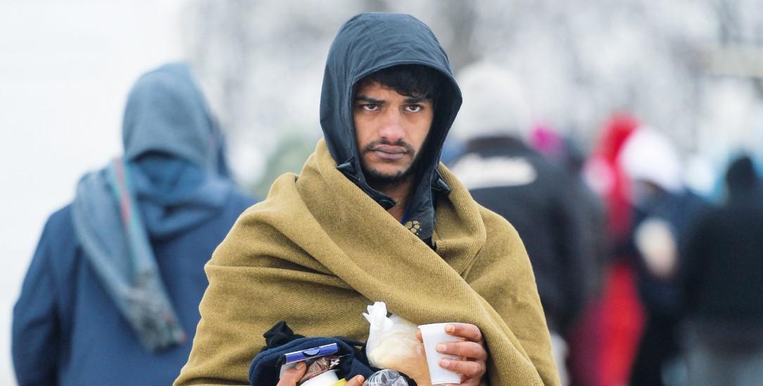 Überleben in der Kälte: Ein Flüchtling mit Proviant und Decke in Bihac (Foto: pa/Mehic)