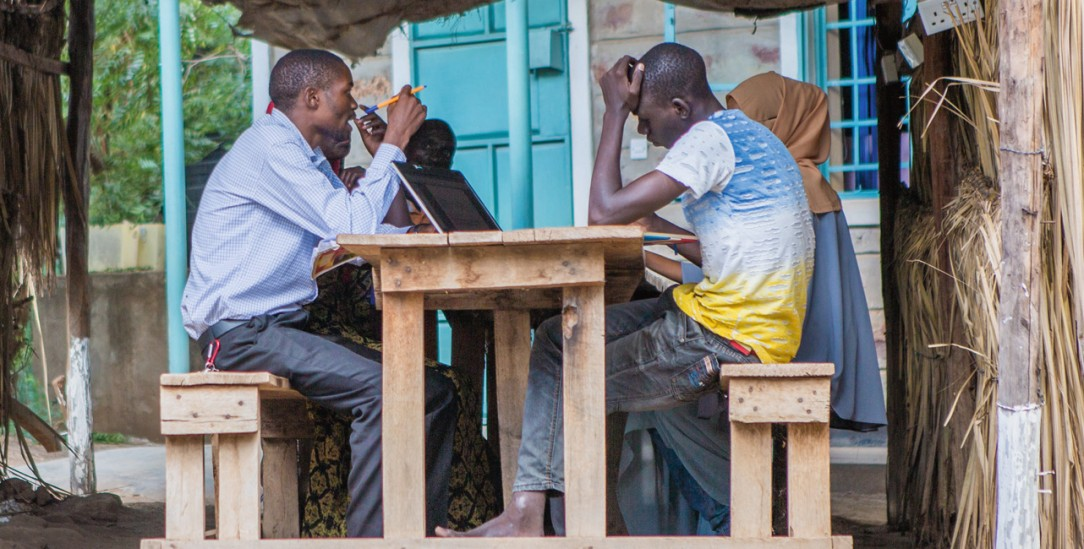 Aktion »Weltweites Lernen«: Studierendengruppe mit Laptops im Kakuma-Flüchtlingslager in Kenia (Foto: Jesuit Worldwide Learning)