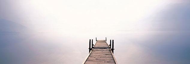 Steg am Comer See: Der Blick geht zum Horizont und die Gedanken schweifen zum Ende des irdischen Lebens. Geht's hinter diesem Horizont weiter? (Foto: pa/Joker/Walter G. Allgöwer)