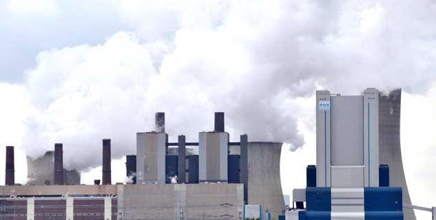 Einstieg in den Ausstieg: Die ersten Kraftwerke sollen im Westen abgeschaltet werden, konkrete Schritte will die Landesregierung von Nordrhein-Westfalen bereits Ende dieser Woche in einer Konferenz besprechen. Das Bild zeigt das Kraftwerk Niederaußem im Rhein-Erft-Kreis (Foto: pa/ Allgöwer)