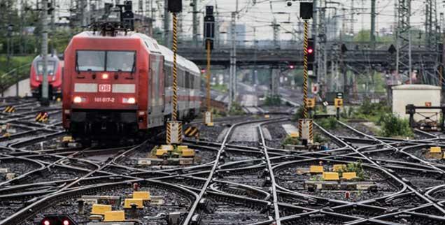 Die Bahn kommt ... Aber man ahnt schon: Sie fährt wieder mal in die Sackgasse. (Foto: pa/Rumpenhorst)