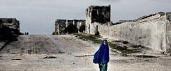 Ödnis und Leere in Mogadischu: Wie lässt sich in Somalia die Zivilgesellschaft wieder aubauen? Zwei Richter bemühen sich darum, doch sie müssen mit Leibwächtern leben und um ihr Leben fürchten (Foto: corbis/Franco Pagetti)